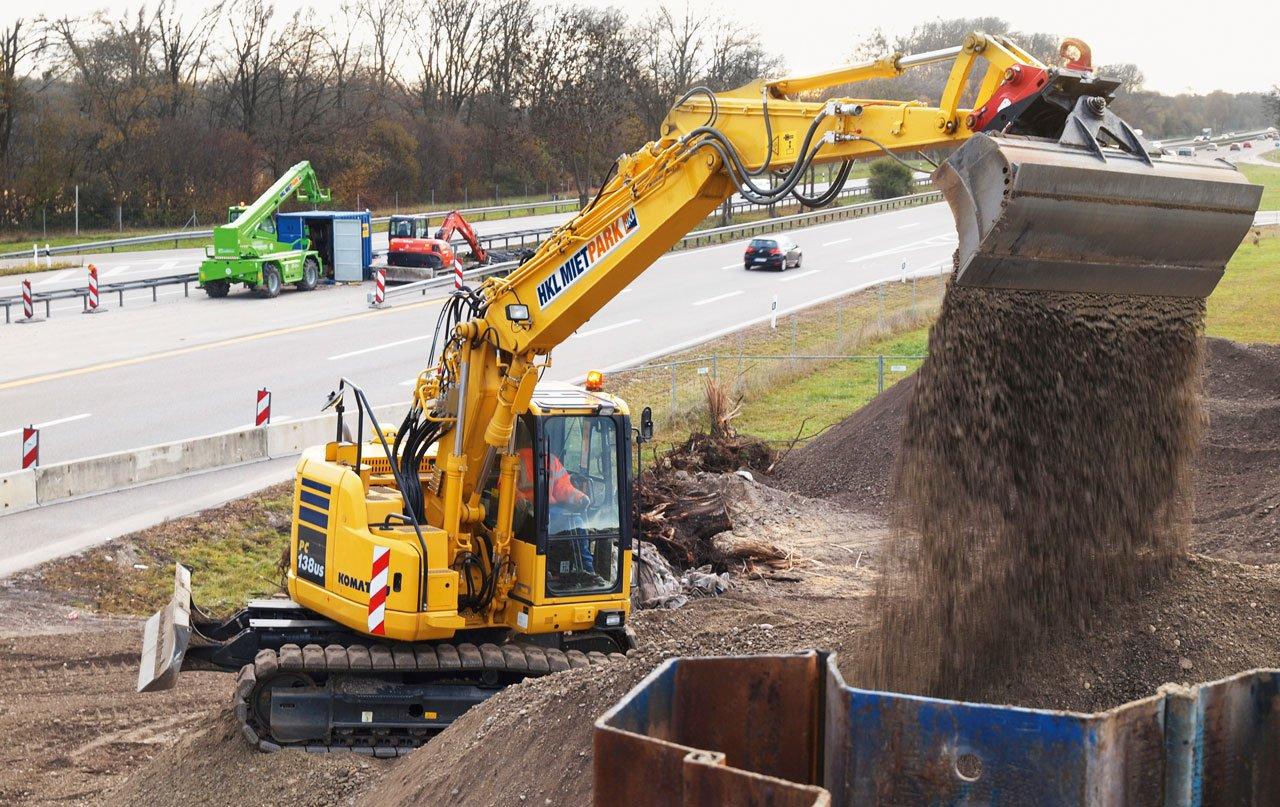 Neue Überführung an der A8: Bagger von HKL bei der Hinterfüllung der Brückenwiderlager