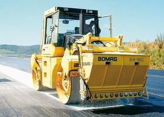 Bomag BW-174 mit Linearstreuer